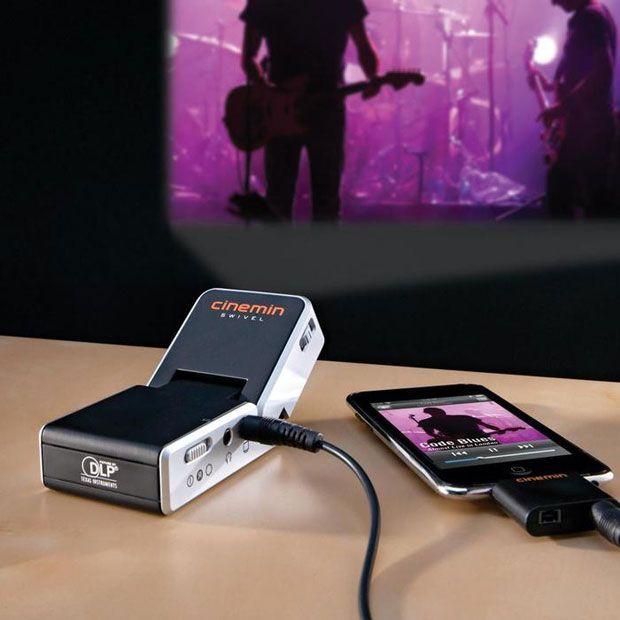 Cinemin™ Swivel Projector para iPod and iPhone, te ayuda a disfrutar tus videos de una nueva forma.