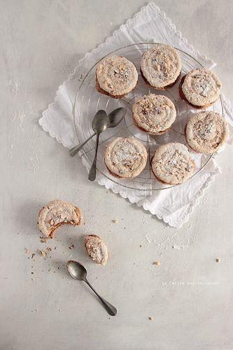 succes080 Biscuit succès, ganache chocolat noisette, coeur caramel