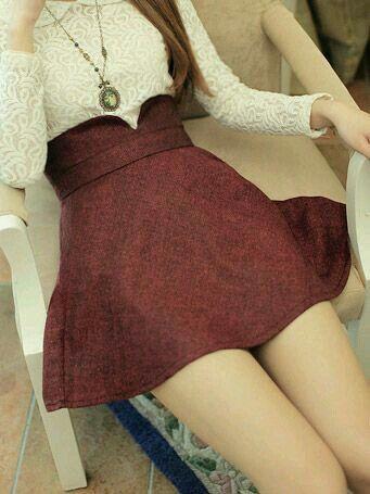 Falda corta con detalle en la cintura