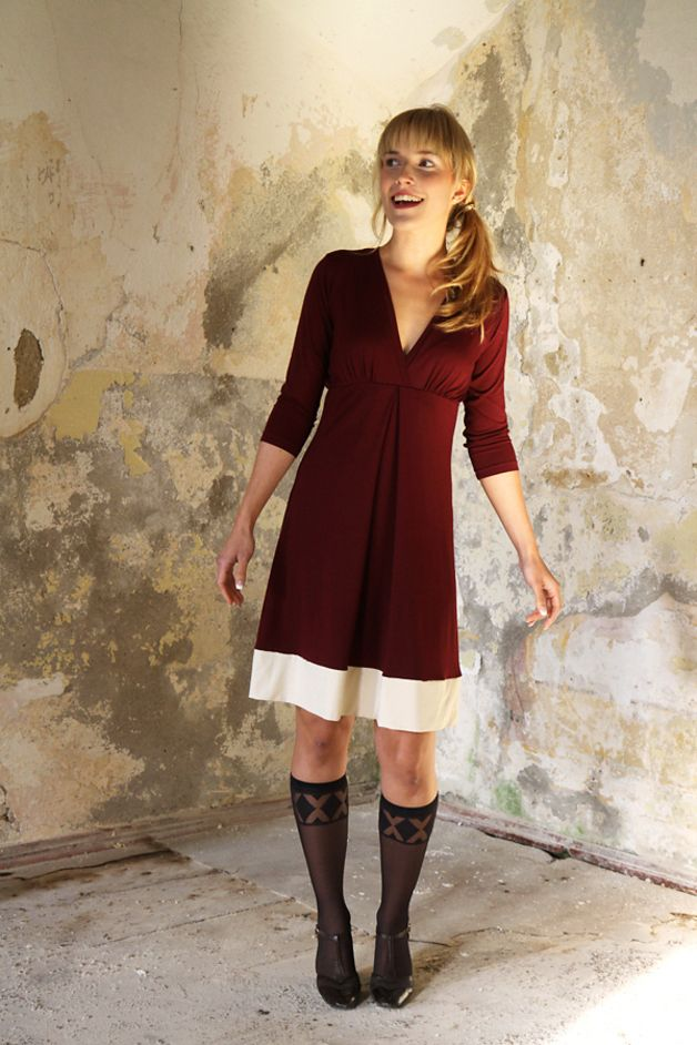 Knielanges Kleid in Bordeaux mit langen Ärmeln, elegantes ...