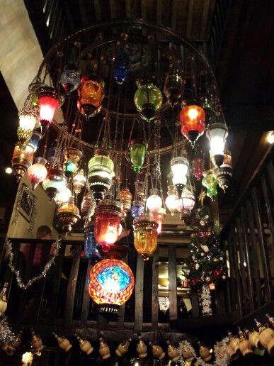 Prachtige lamp in een Antwerps restaurant.
