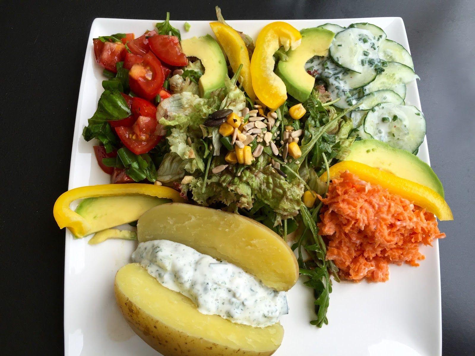 Gemischter Salatteller mit Ofenkartoffel