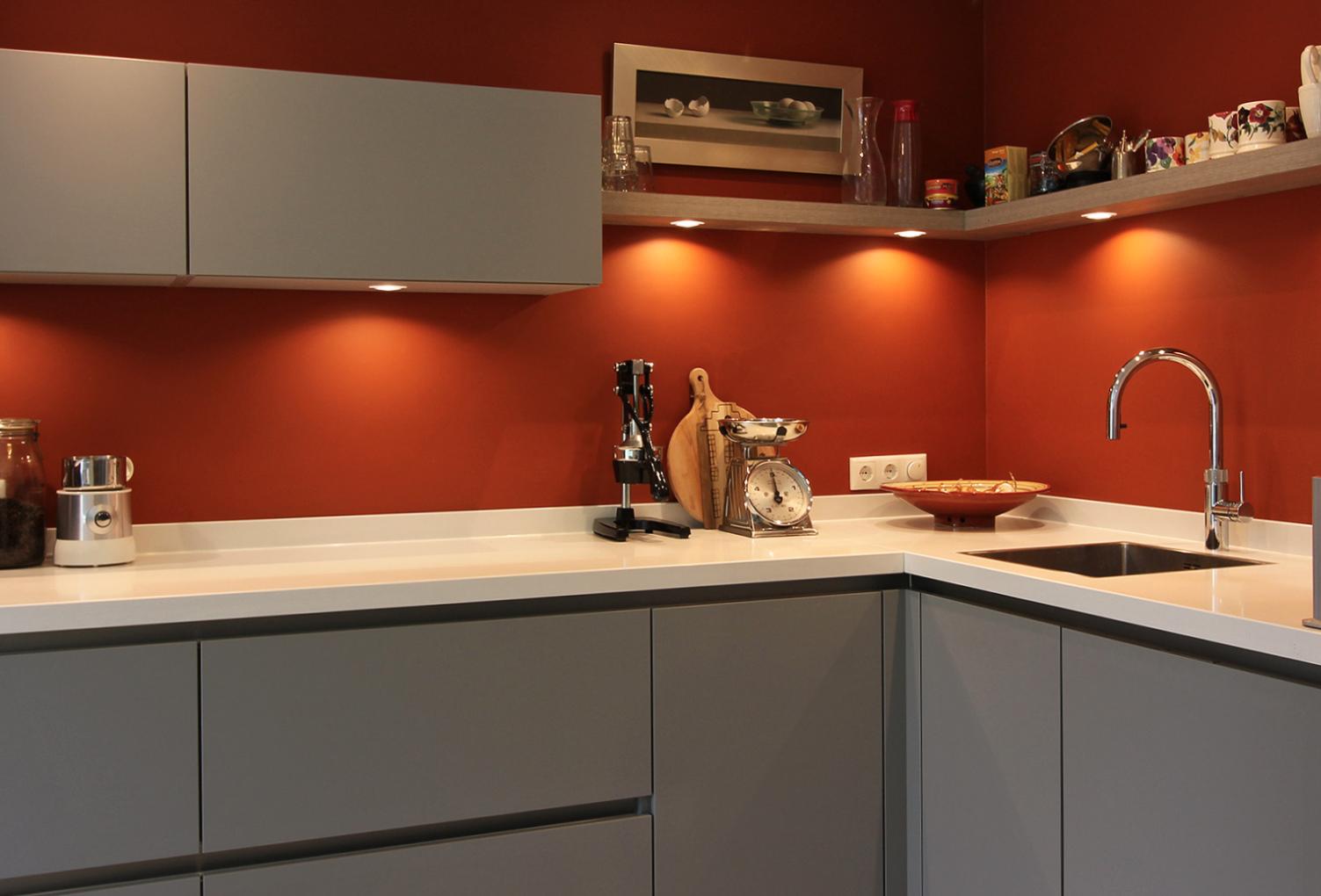 Moderne Lichtgrijze Keuken Met Wit Glanzend Werkblad En Rode Achterwand Hoekkeukens Keuken Keuken Op Maat Moderne Keukens