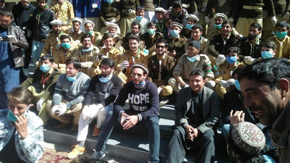 Shahid Afridi distributes Relief package in Booni