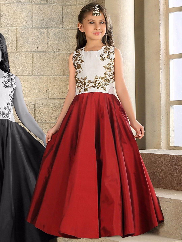 Краснобелое длинное платье в пол без рукавов украшенное вышивкой