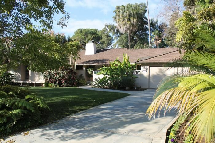 245 North Saltair Avenue Los Angeles Ca 90049 This Is The Actual Home Used For The Exteriors For The Tv Show Gold Golden Girls House Girl House Golden Girls