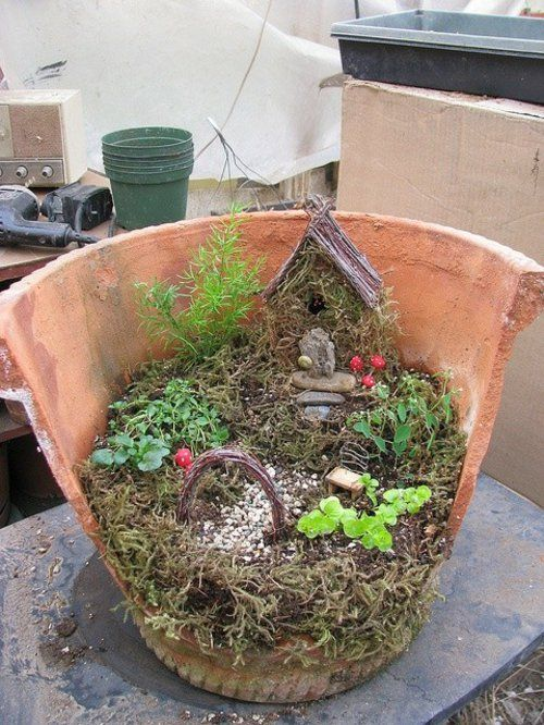 Miniture garden using broken flower pots so adorable minigarten mit winzigem alte - Minigarten im topf ...