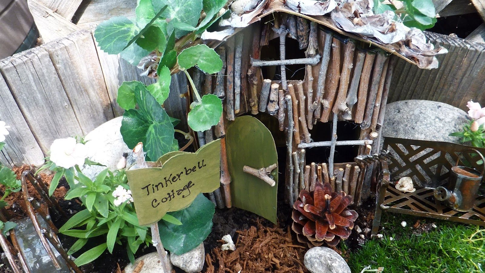Twig fairy house Model Teacher and students build full-size