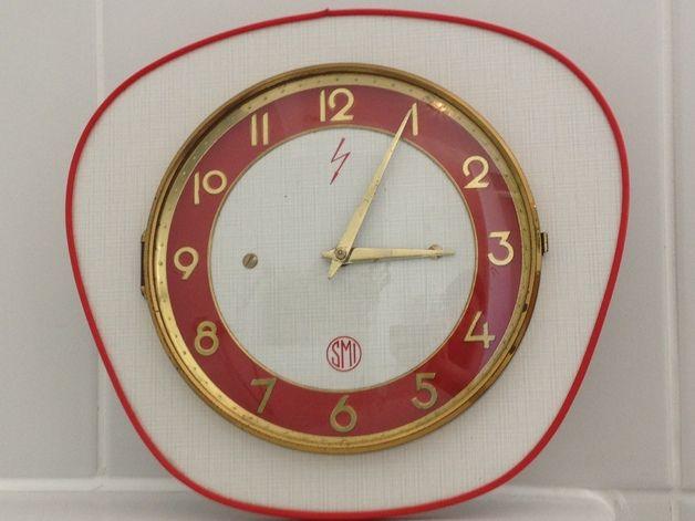 Horloge Murale Vintage Annees 60 En Formica Roug Horloge Murale Horloge Murale Vintage Horloge Vintage