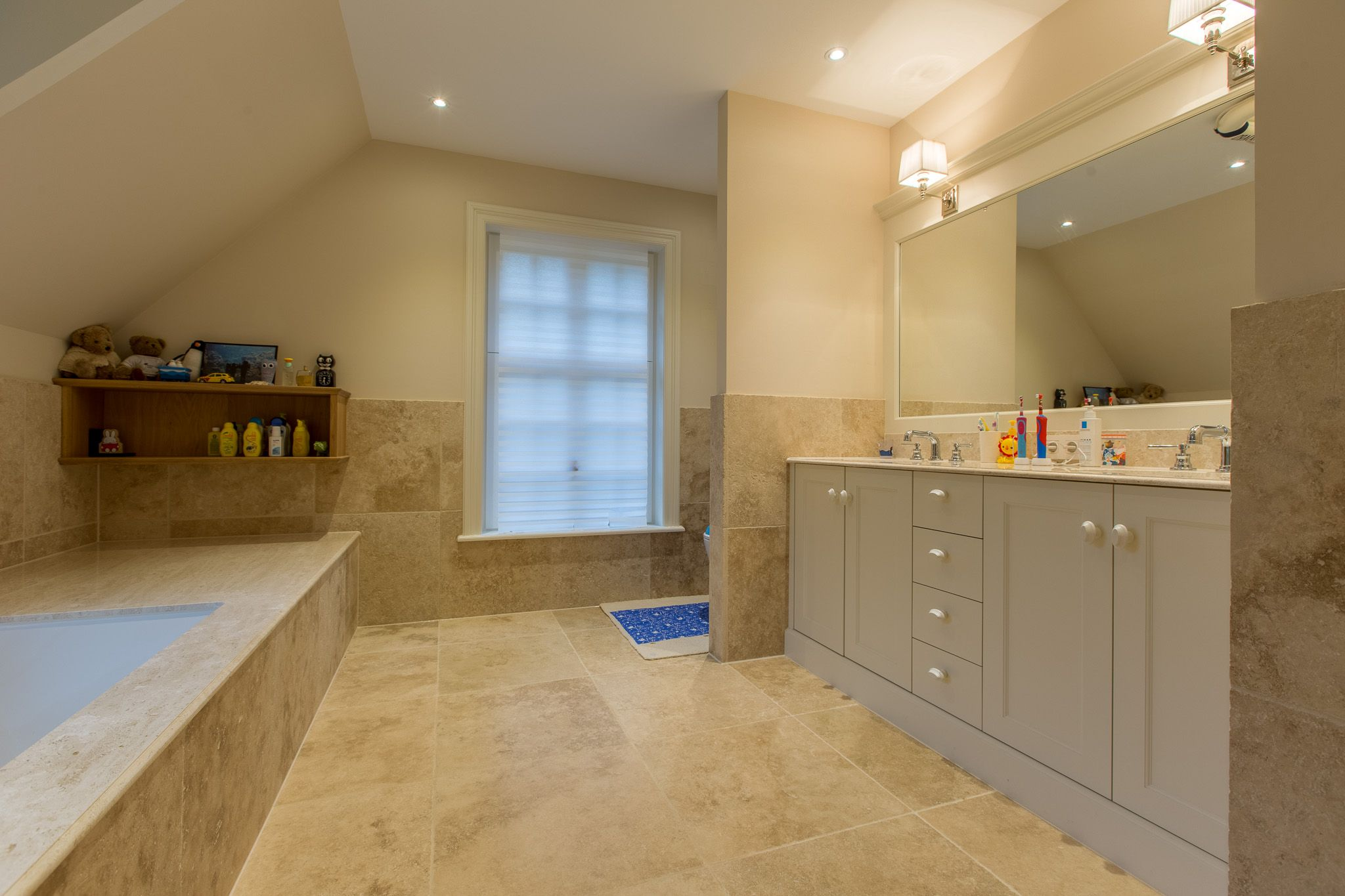 Travertin Voor Badkamer : Prachtige travertin badkamer met perlato maatwerk door van den