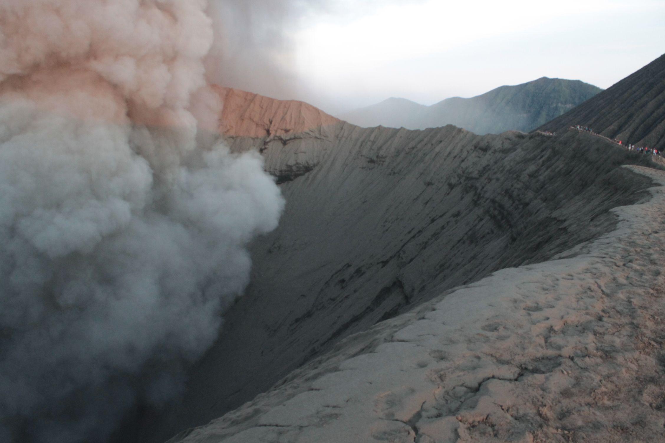 Humo en el crater del Bromo