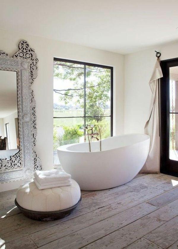 Elegantes-Beeindruckendes-Badezimmer-Mit-Einem-Designer-Badspiegel