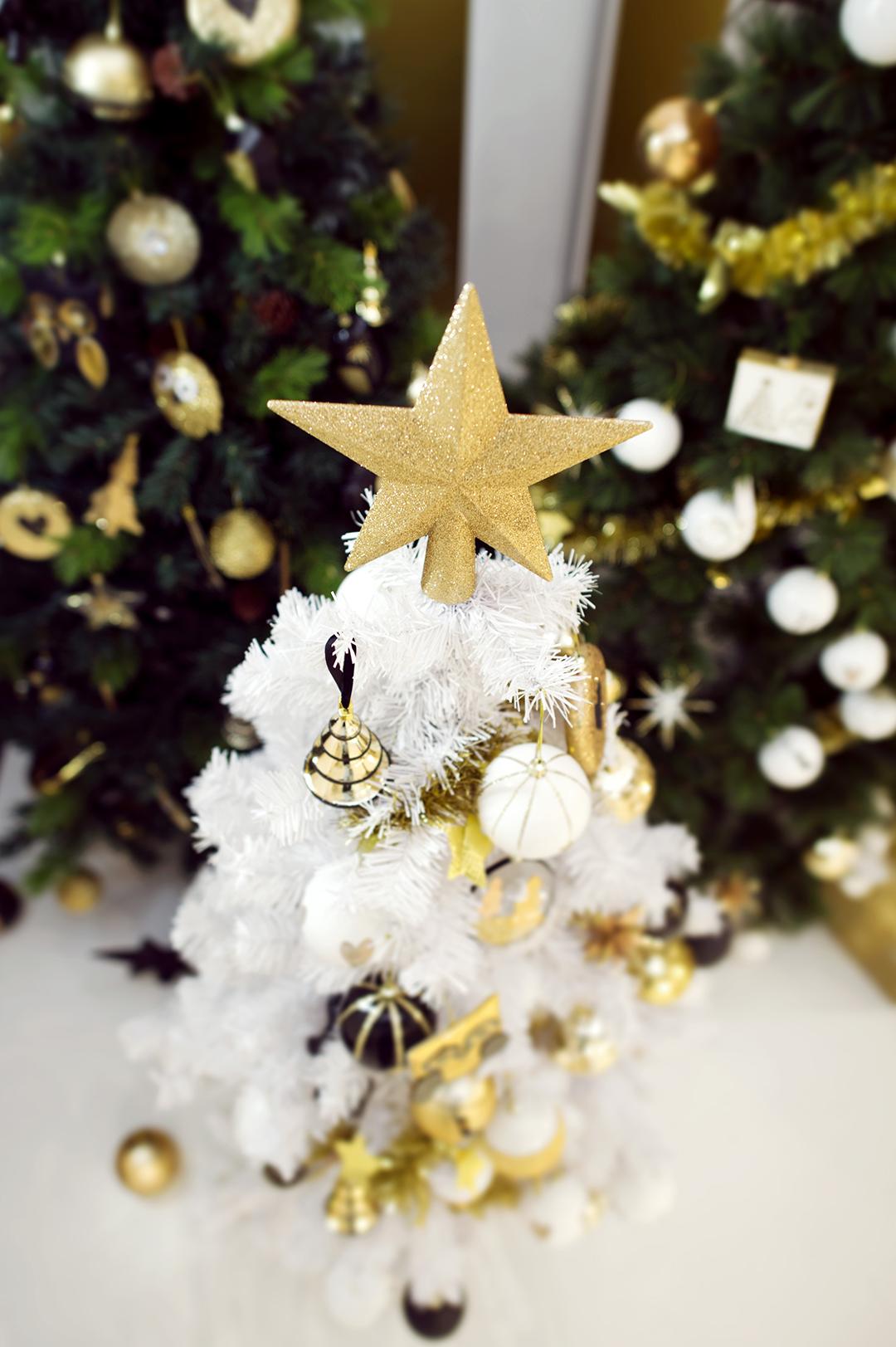 petit sapin de no l blanc neige avec d corations en or et noir no l 2015 pinterest christmas. Black Bedroom Furniture Sets. Home Design Ideas