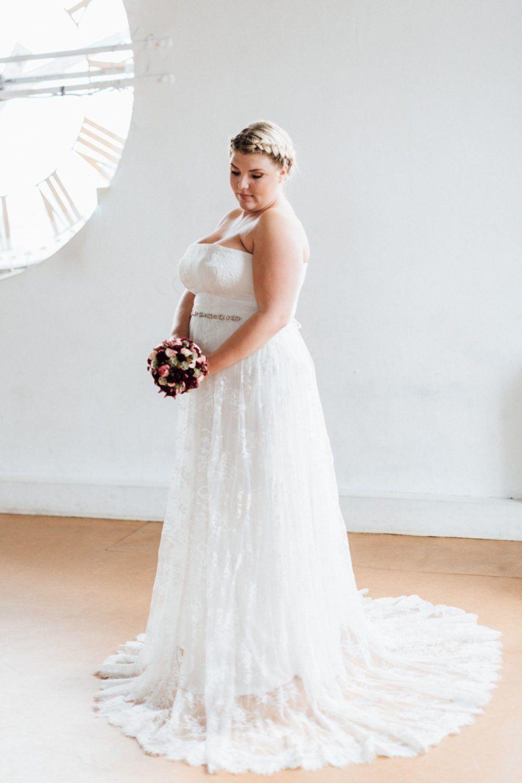 Schulterfreies Brautkleid bis zur Konfektionsgröße 15 – unsere