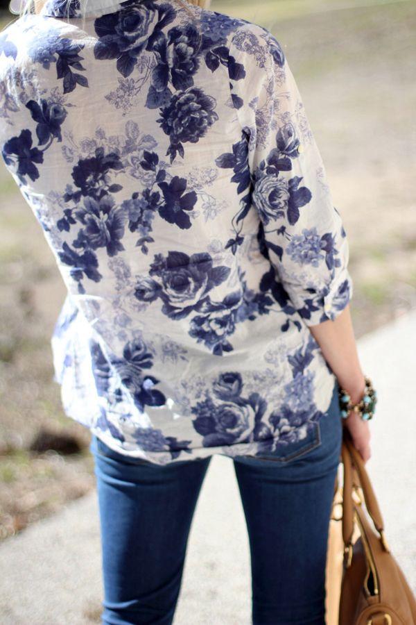 Blaue Bluse mit Blumen - toll zu kombinieren mit einer weißen, royal ...