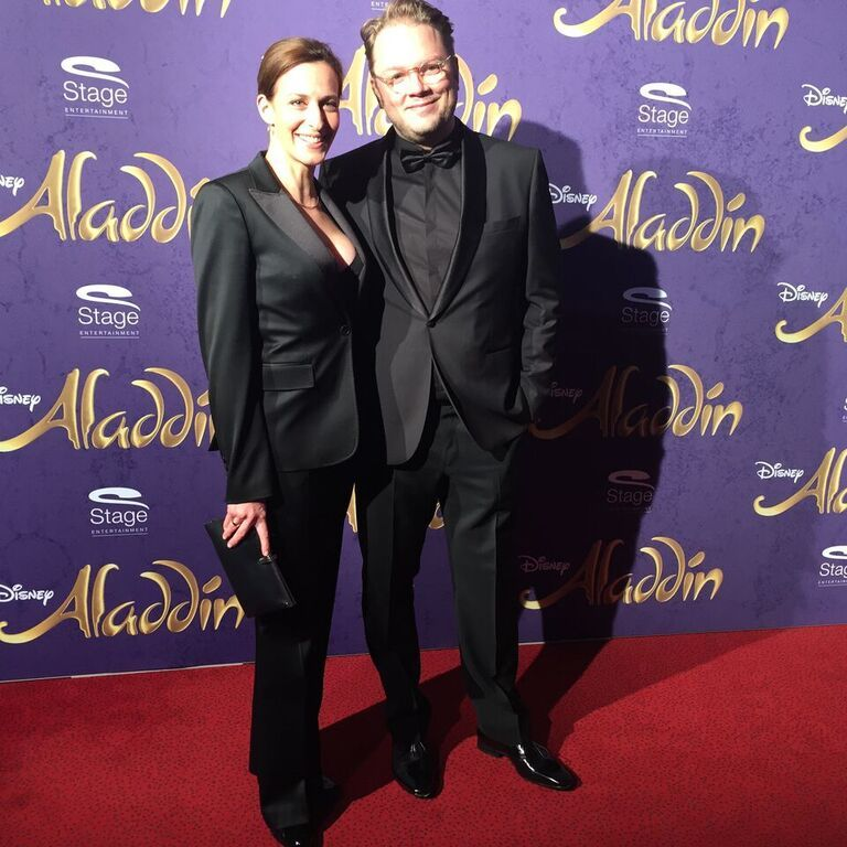 Komponist Marc Schubring und GZSZ-Schauspielerin Ulrike Frank bei Disneys #Aladdin #AladdinHamburg Premiere