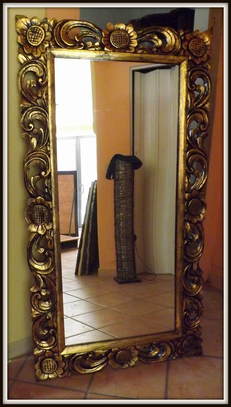 Specchio in legno intarsiato colore oro antico realizzato completamente a mano provenienza - La mano sullo specchio ...