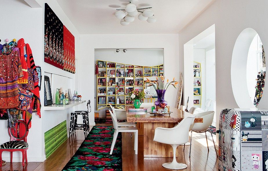 Tecidos comprados na Tailândia pela estilista Adriana Barra viraram quadros que decoram as paredes. Basta revestir a tela