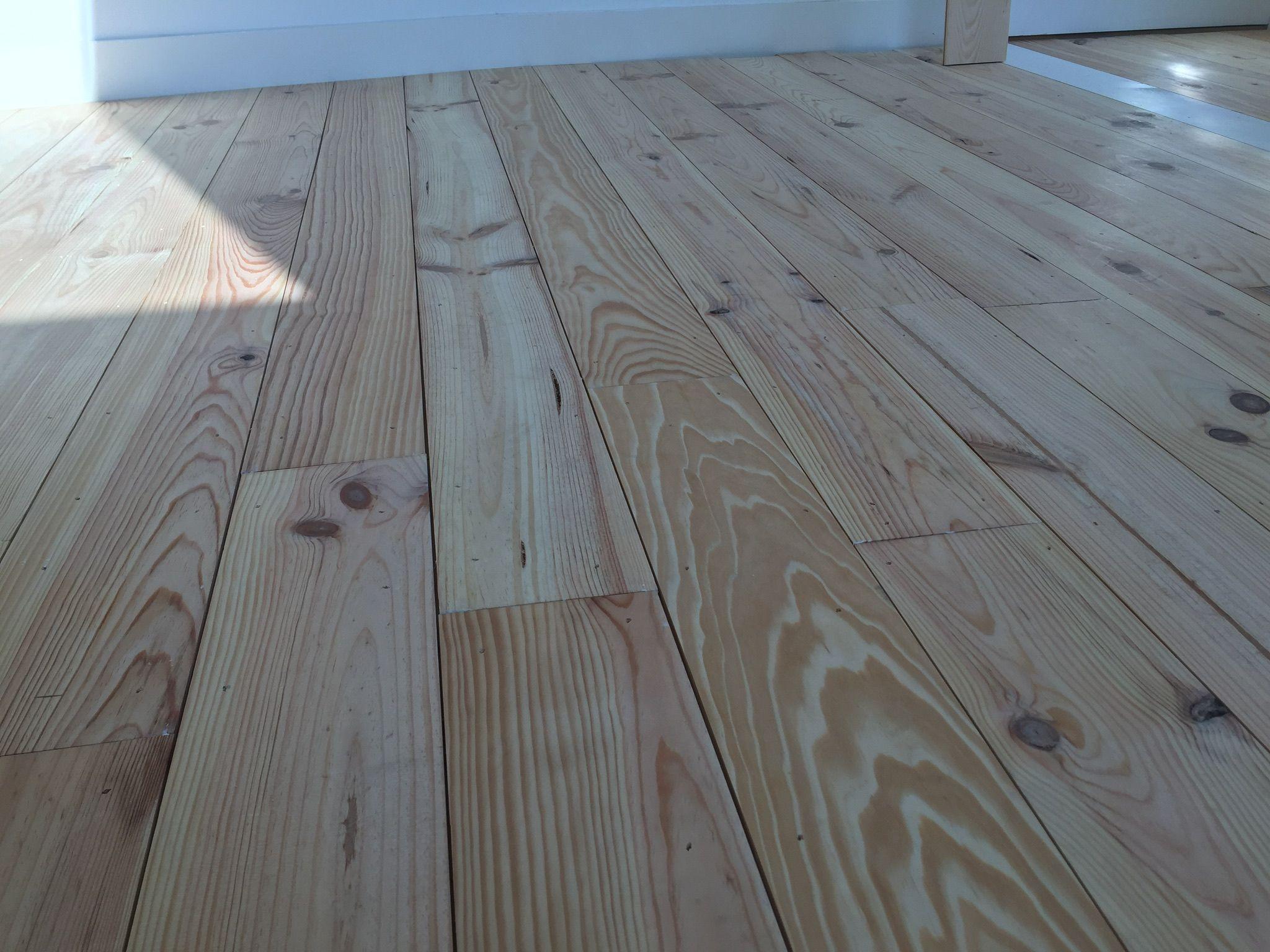 Oude Grenen Vloer : Smalle grenen vloer planken zonder velling gelegd met kier zodat