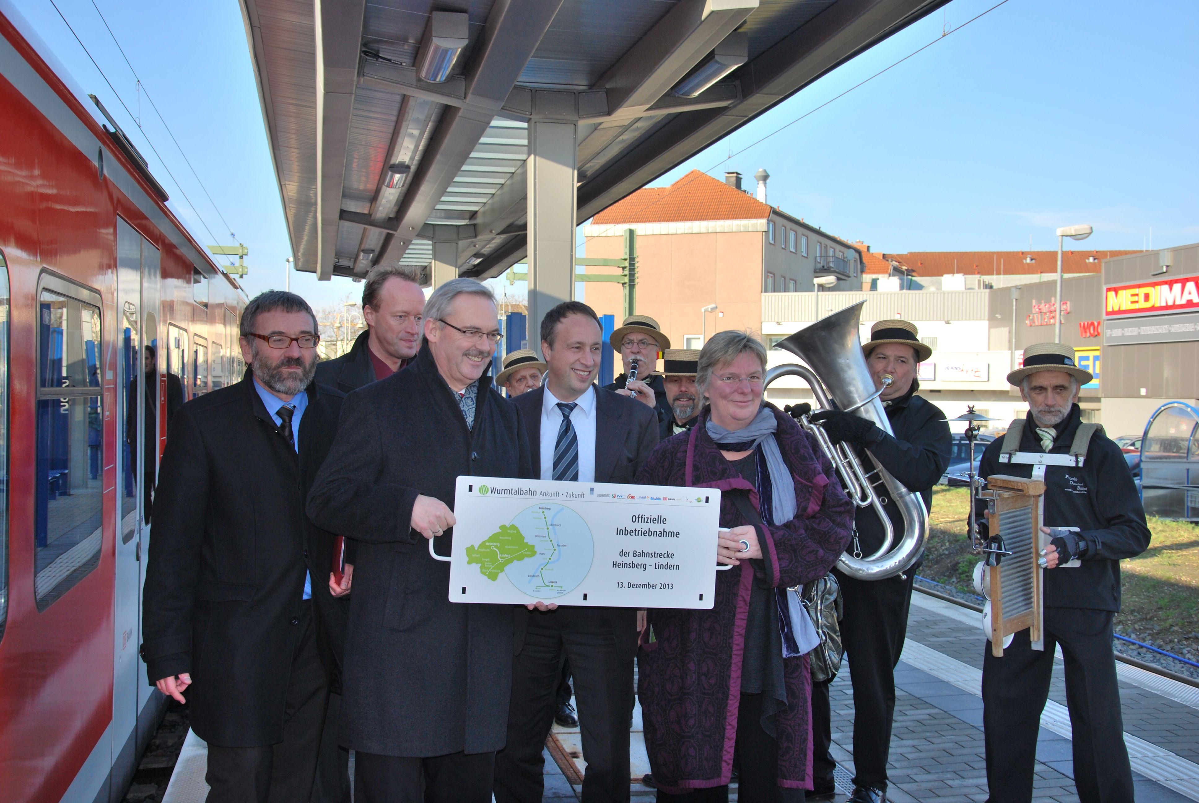 Die Projektpartner präsentieren stolz das Zuglaufschild mit dem Eröffnungsdatum.