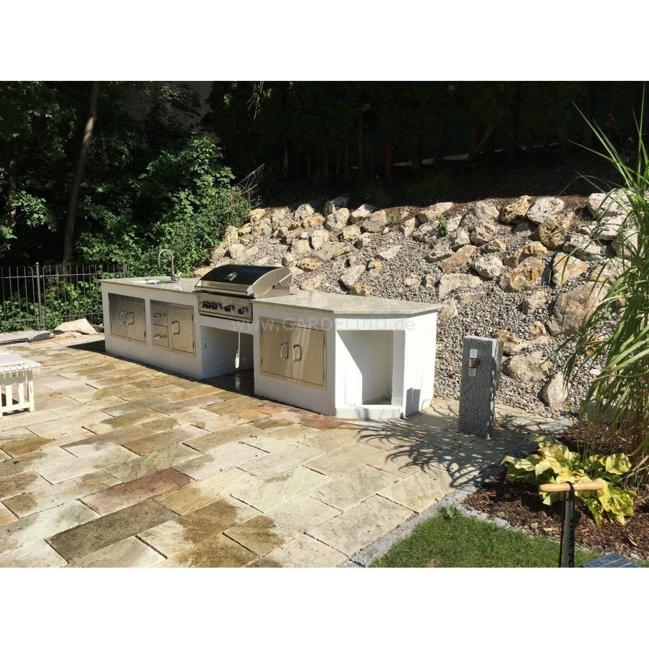 Einfache Außenküche mit BeefEater Gasgrill und Edelstahl Türen aus ...