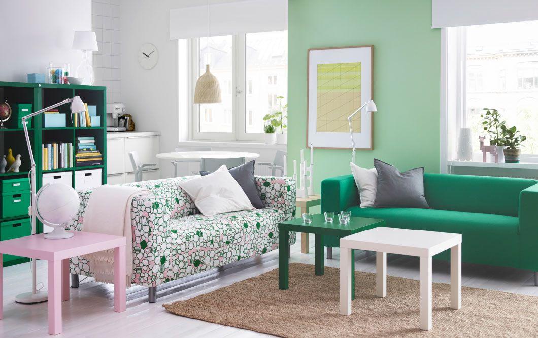 ein helles wohnzimmer mit klippan 2er sofa mit bezug marrehill in rosa gr n und gr nen und. Black Bedroom Furniture Sets. Home Design Ideas