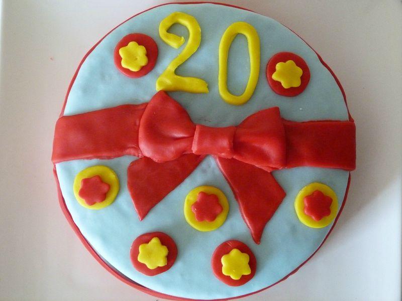 Gâteau multicolore à la mousse de framboises, décor en pâte à sucre