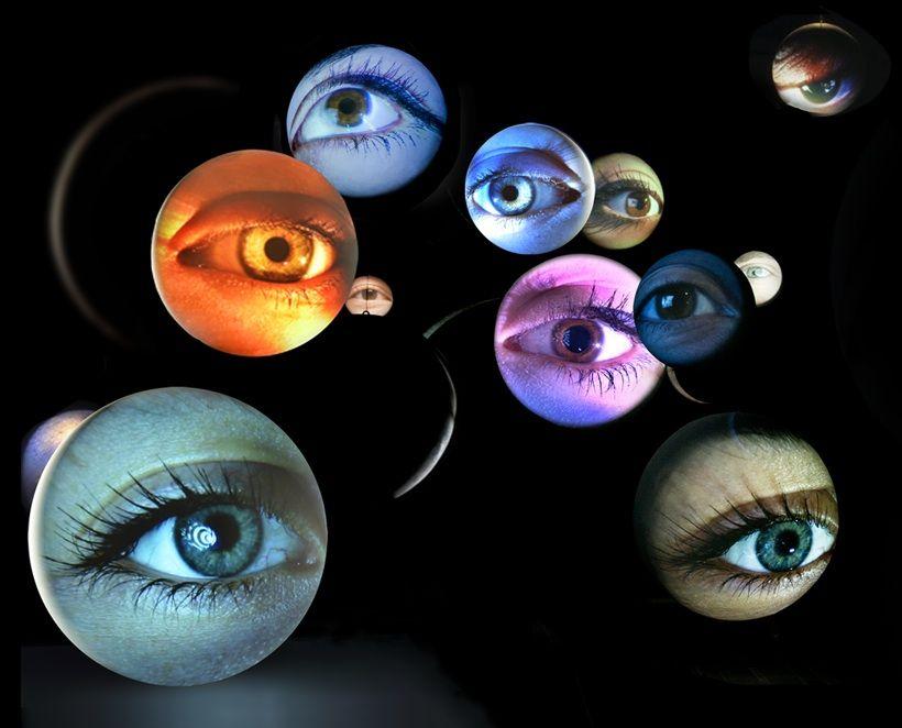 """Obscura (2014), Tony Oursler www.tonyoursler.com La video-scultura invita il visitatore a muoversi all'interno di una costellazione di occhi mai immobili, poichè contengono un riflesso di quello che stanno guardando: tv, computer, altri occhi. L'artista sottolinea il sistema di connettività e social network nel quale viviamo, e lo fa attraverso la parte del corpo che predilige. """"Quando incontriamo qualcuno soffermiamo la nostra attenzione sul suo viso e sul suo sguardo"""", afferma."""