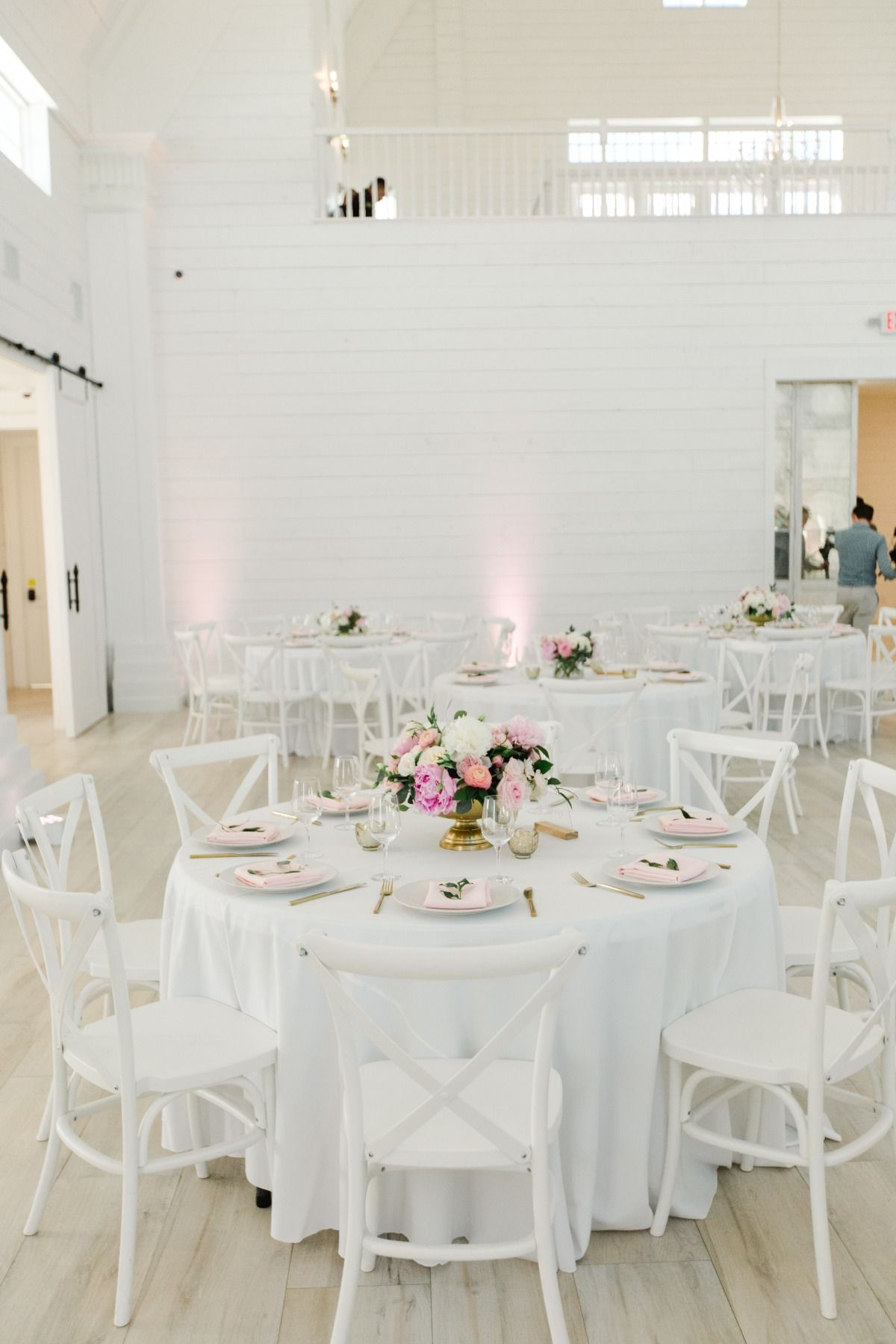 How To Have A Romantic White Barn Wedding In Texas Barn Wedding Wedding Table Centerpieces White Barn
