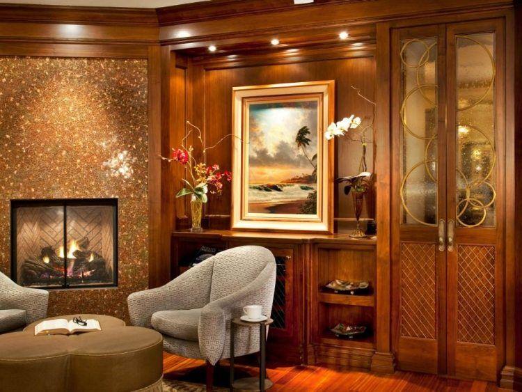 salon accueillant avec un revêtement mural bois et une commode en bois vitrée