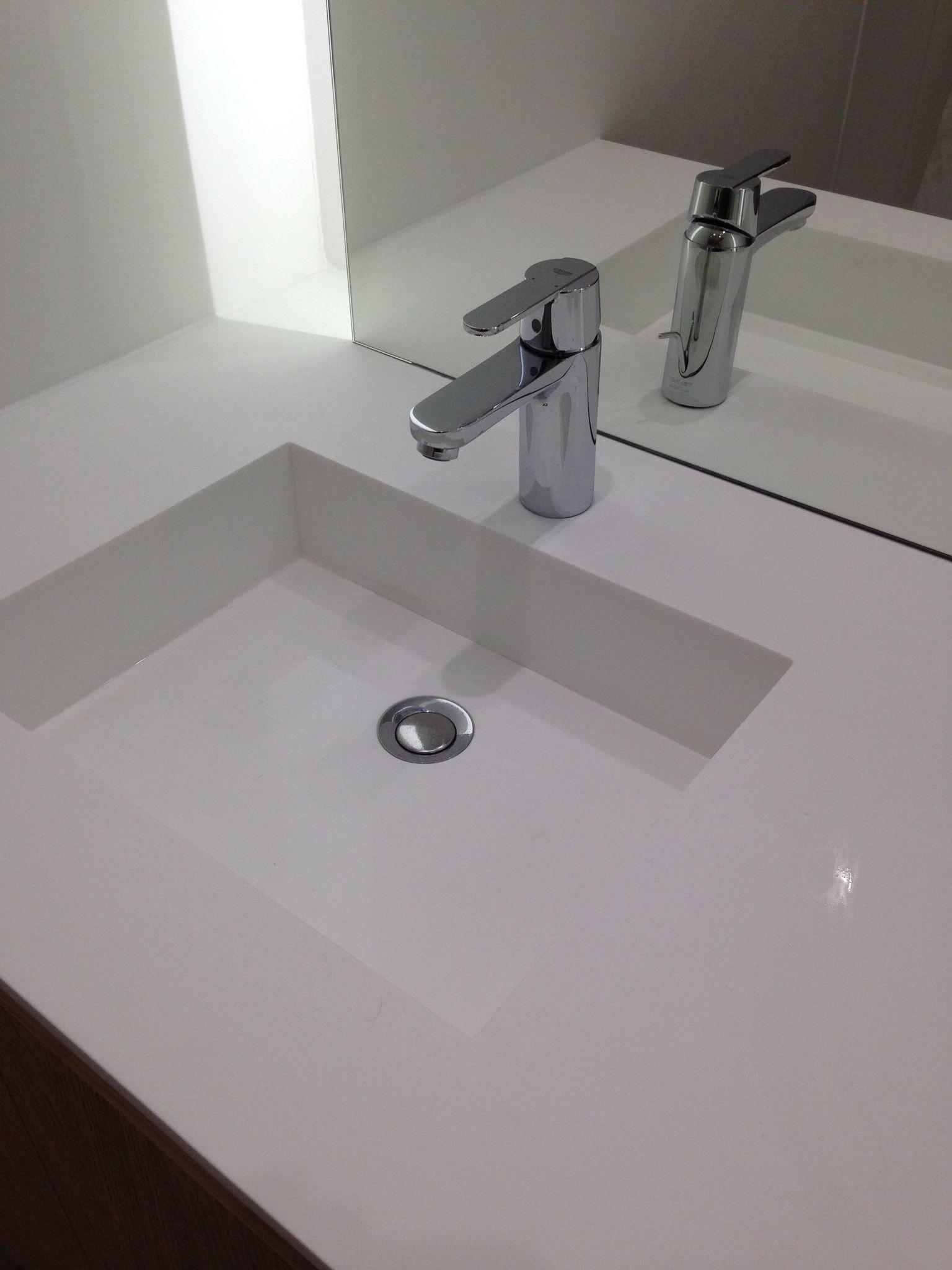 meuble de salle de bain en ch ne massif brut plan de travail en solide surface. Black Bedroom Furniture Sets. Home Design Ideas