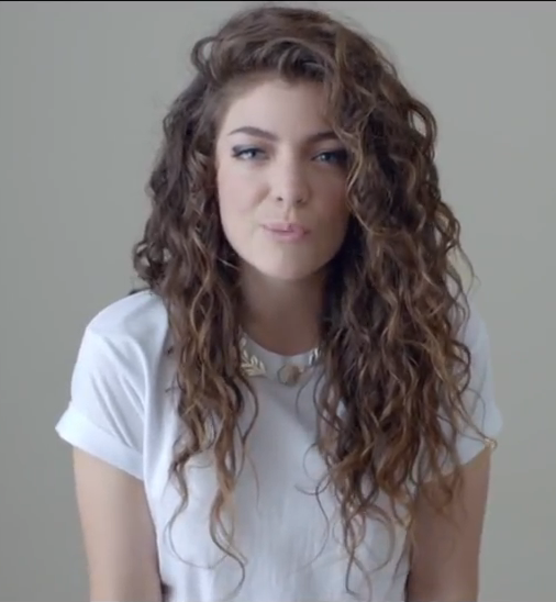 I Wish My Curly Hair Curled Like This Instead Of The Weird Whatever Mess It Does Now She Is Queen Curly Hair Styles Lorde Hair Curly Hair Styles Naturally