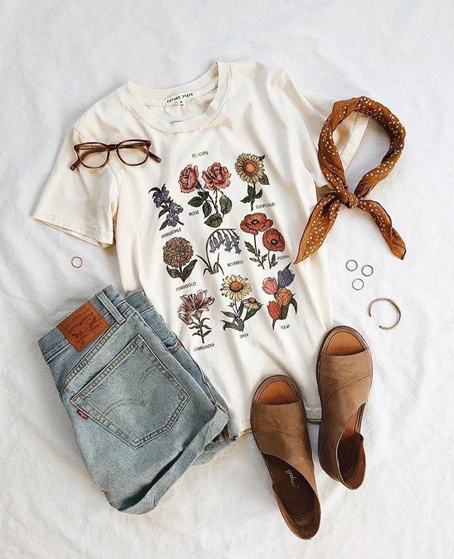 Jewelry Accessories - Shirt mit floralem Botanikdruck, Jeansshorts, braune Sandalen - Sommero... #outfitswithshorts