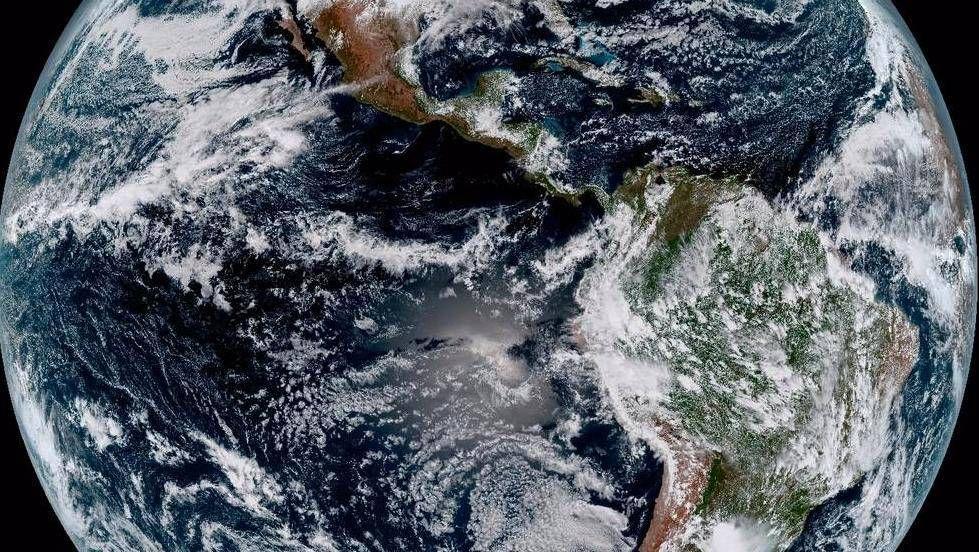 Ensimmäisen kerran Maata kuvasi avaruudesta saksalaisten suunnittelema V2-ohjus toisen maailmansodan jälkeen.