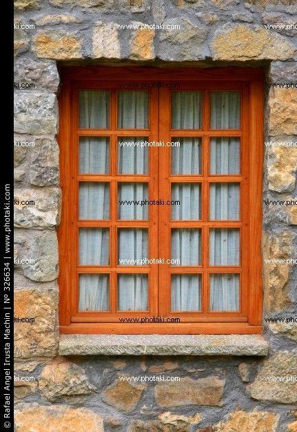 De ventanas de madera r stica vertical en una pared de for Ventanas de aluminio con marco de madera