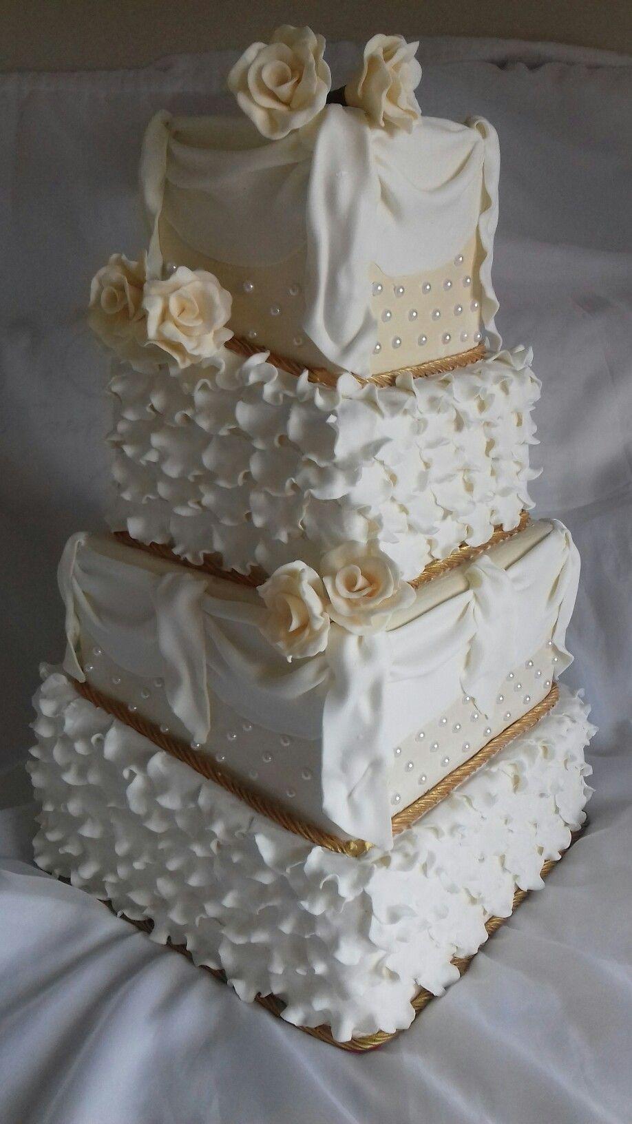 Casamento creme #boloscenograficos #boloparaloção #boloparavenda #Sapatinhodecristalbolos  #Sapatinhodecristalbolos