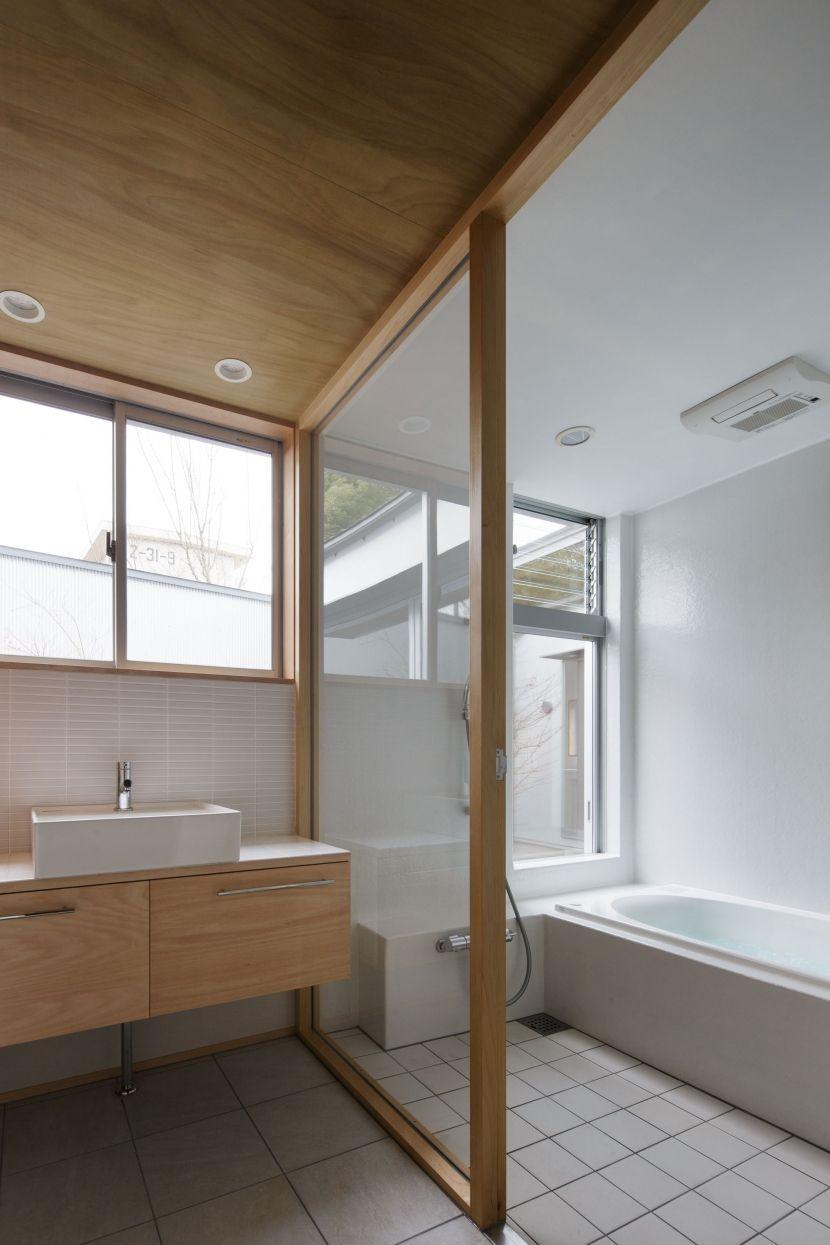 明るく カラっと いつでも気持ちいいバスコートのあるおしゃれな浴室