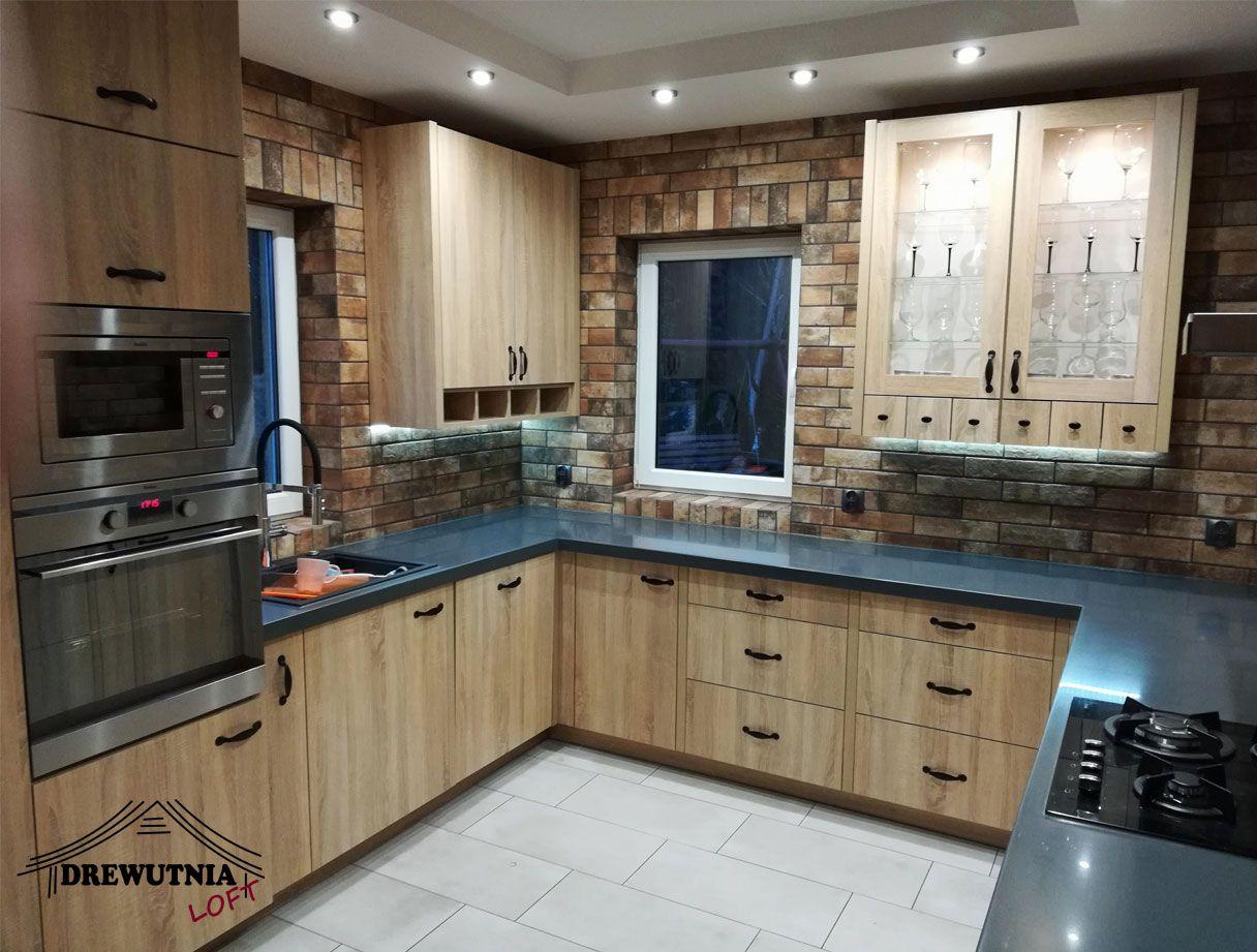 Meble Kuchenne W Kolorze Jasnego Drewna Polaczone Z Zielonym Blatem Kompozytowym Kitchen Cabinets Home Decor Home