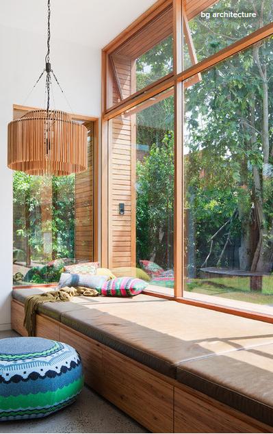 Zum Sonnetanken: Schöne Sitzecke Mit Großflächiger Fensterfront Im  Wohnzimmer