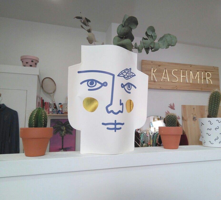 """A pesar de su reciente introducción en Zaragoza, el concepto de tienda de segunda mano o tienda de moda """"vintage"""" es muy común en países del norte de Europa, como Reino Unido, Irlanda, Suecia, Bélgica u Holanda.  La tienda de moda@Kashmirvintagese dedica la recuperación de prendas vintage y de segunda mano, adaptándolas a las tendencias actuales de diferentes formas, y también ofrece moda, muebles y objetos de decoración con un estilo retro.  #zaragoza #zaragozaguia #zgzguia…"""