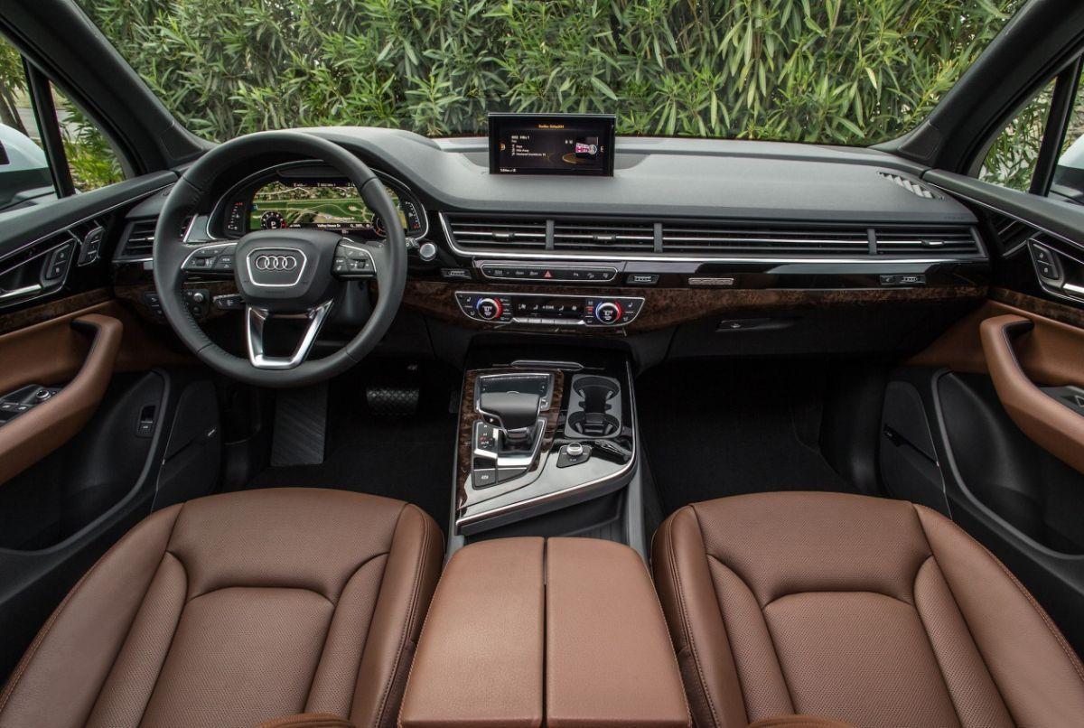 Audi 2016 audi q7 : 2016 Audi Q7 dashboard, steering wheel, lcd screen and gear shift ...