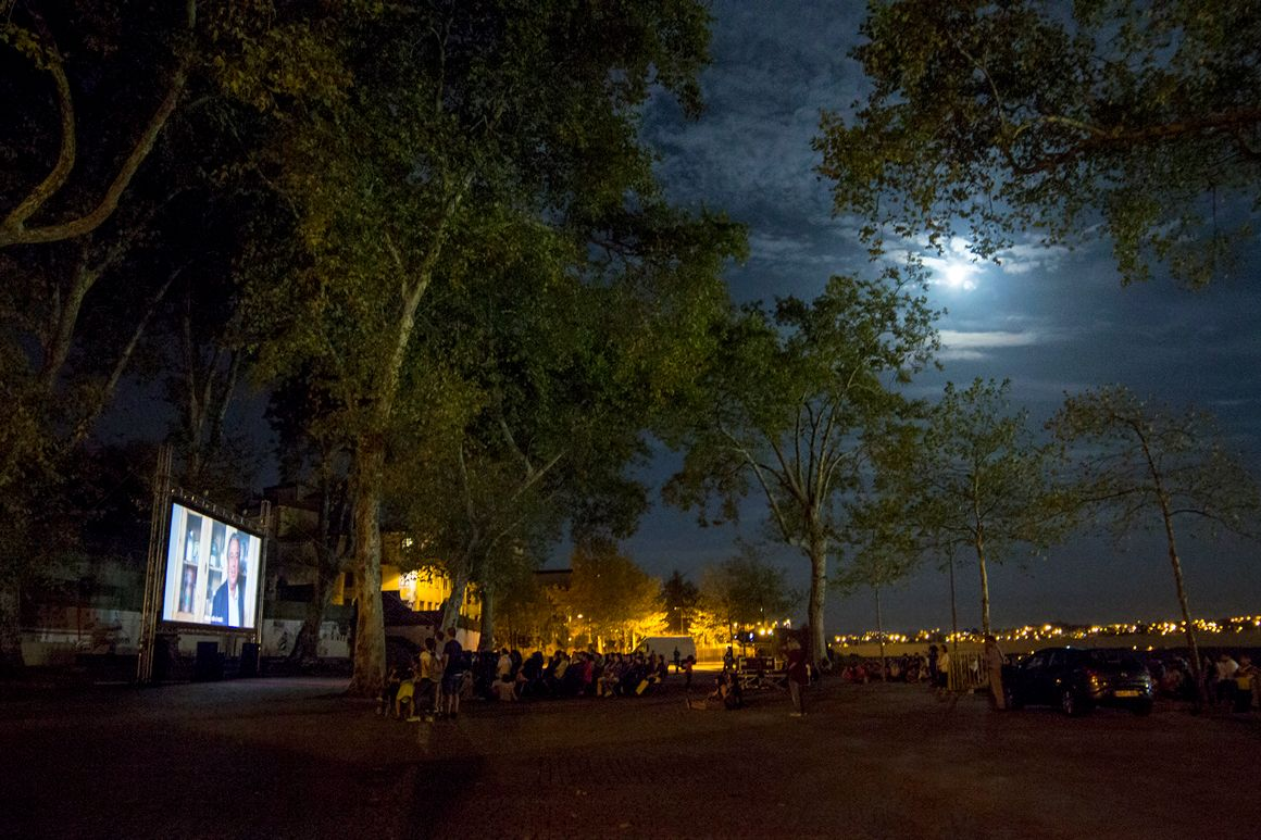 """Ao longo do mês de agosto, há oito sessões gratuitas para ver ao ar livre em vários locais da cidade. O programa """"Cinema Fora do Sítio"""" repete-se este verão na cidade do Porto."""