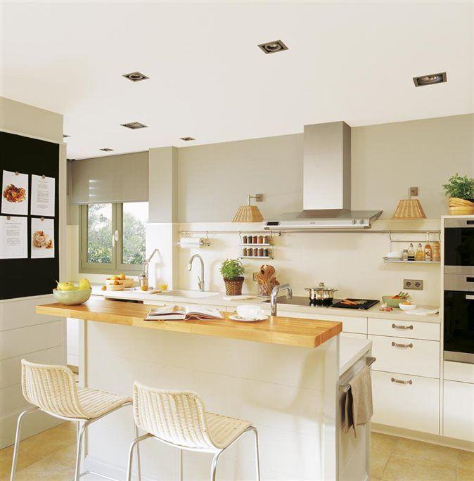 Cocina blanca con barra de madera cocina pinterest for Barra cocina madera