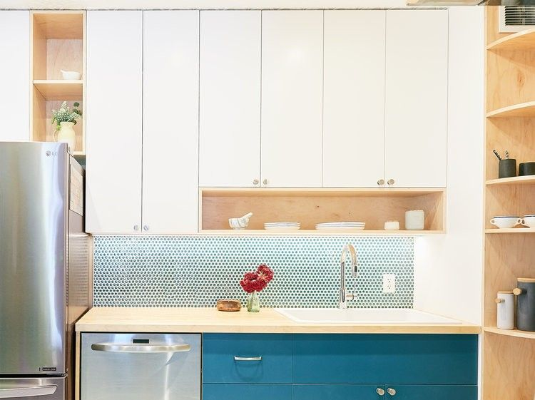 Petite cuisine moderne comprenant un panneau de rangement mural en
