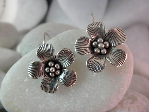 """Pendientes artesanales de plata """"Karen"""".  Proceden de Laos.  Miden 2,5 cm. de alto y 2 cm. de ancho."""