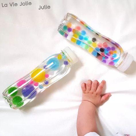 Des Bouteilles Sensorielles Pour Bébé à Base Deau De Pompons De