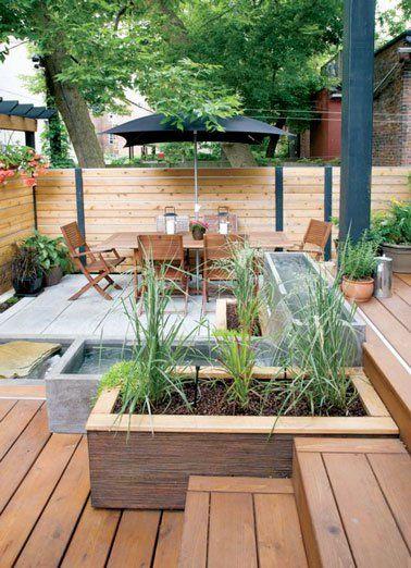 Terrasse bois aménagée avec brise vue et salon de jardin ...