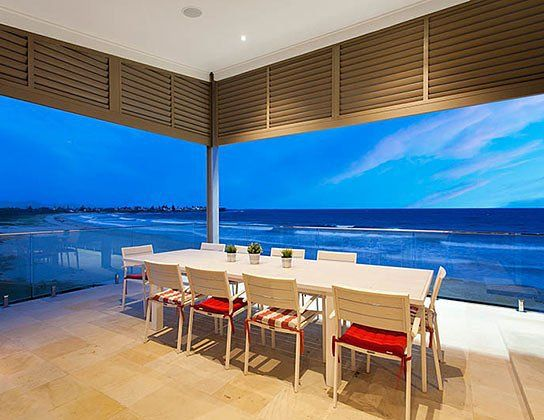 Anyone for a cocktail whilst watching the sunset? This home takes full advantage of the stunning views provided by Shellharbour beach. Congratulations to John McDonald Building Services on the 2015 HIA NSW Spec Home Award. #HIAawards #exteriordesign #inspiration #balcony #HIANSW #outdoors #design by hia_au
