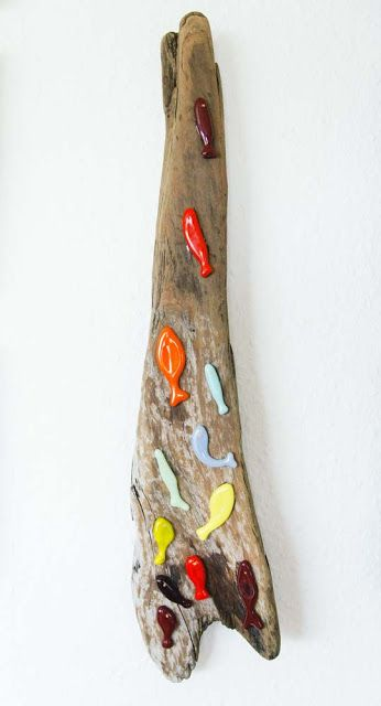 Fused glass fish on driftwood Doo it - just doo it: strandingstræ