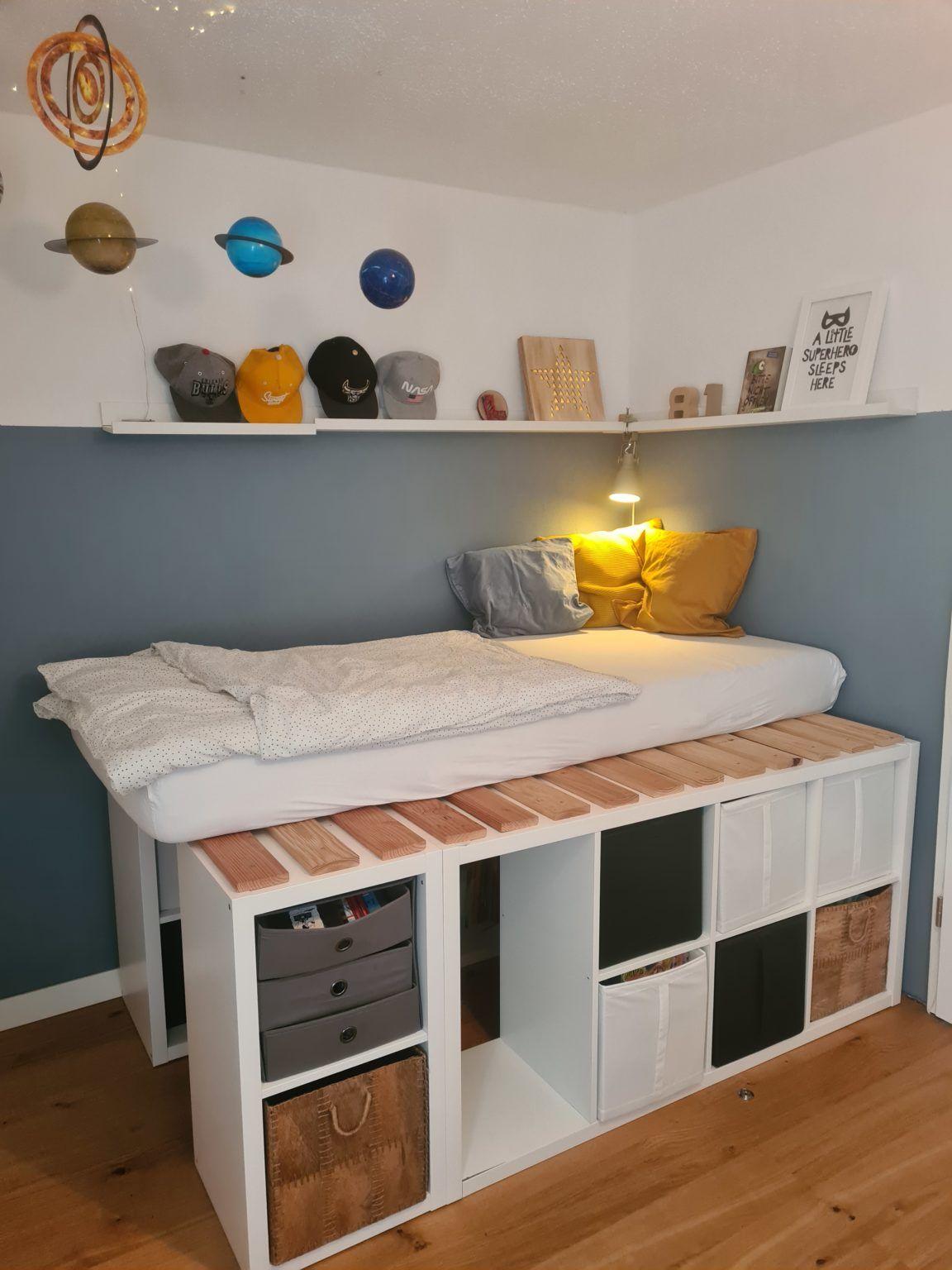 Für kleine Zimmer: Bett aus IKEA Regalen. Für kleine Zimmer
